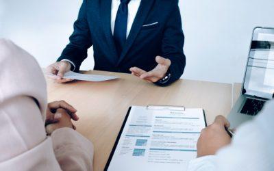 situacion-empresarial-concepto-de-entrevista-de-trabajo-buscador-de-empleo-presenta-curriculum-vitae-a-los-gerentes_1421-78